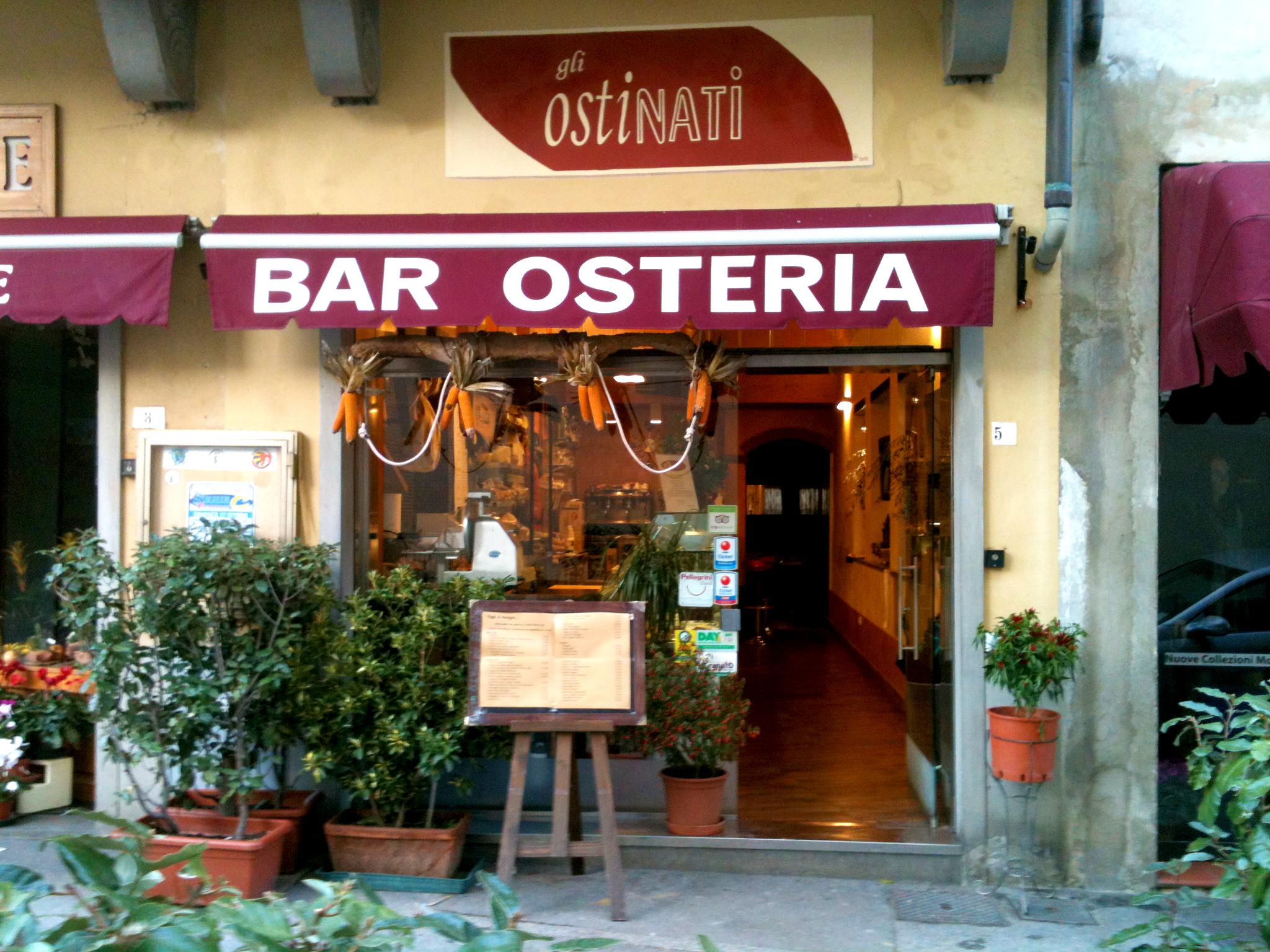 gli-ostinati-osteria-locale-ingresso